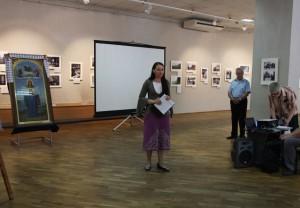 Журнаоист Наталья Батраева на открытии выставки